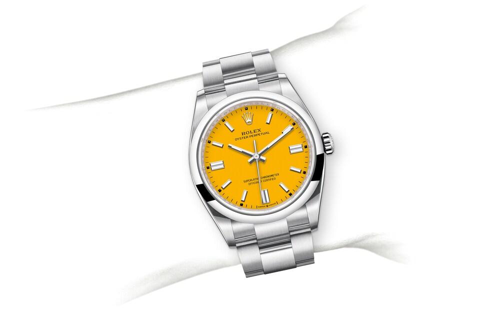 m126000 0004 modelpage on wrist landscape