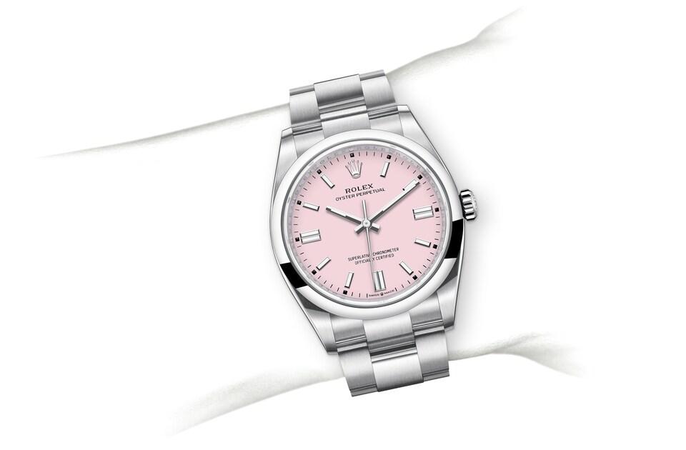 m126000 0008 modelpage on wrist landscape